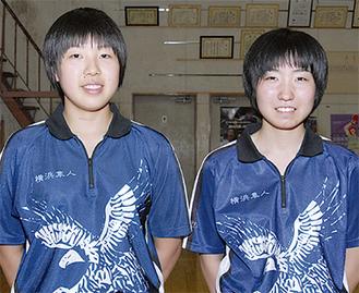 永尾さん(左)と美濃口さん。ハヤブサ入りユニホームは勝負どころで着るという同校