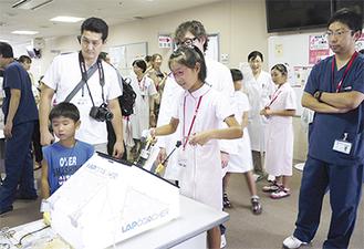 電気メスを体験する児童(同院提供)