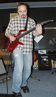 ジャズギターを弾く石黒さん(3年前の来日時)