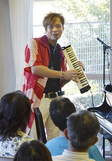 鍵盤ハーモニカを吹く今井さん