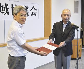 中間とりまとめを下村区長(左)に提出する北原会長