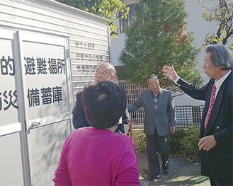 視察に訪れた地元関係者に概要を説明する渡邉会長(右端)