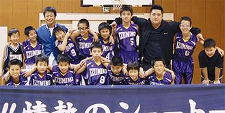 同チームの選手とコーチ
