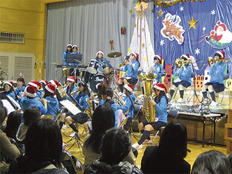 松陽高校吹奏楽部の演奏=同センター提供