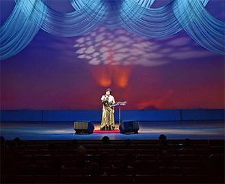 華やかな舞台で歌う参加者