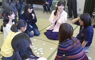 参加者と交流する渡辺さん(右から3人目)
