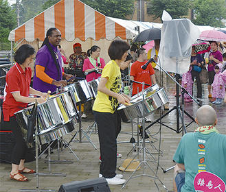 楽器演奏やダンスが祭りを盛り上げた