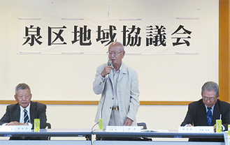 定例会で発言する北原会長(中央)
