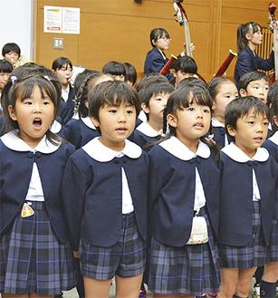 大きな声で元気よく歌う園児たち