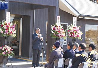 式典で挨拶する鈴木正明理事長