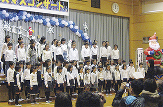 合唱を披露する児童