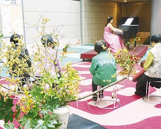 丹生谷さんの演奏に聴き入る人たち