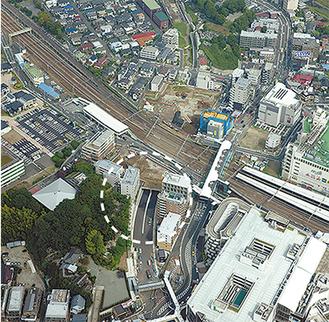 写真中央部がトンネル入口(写真上下とも横浜市提供)