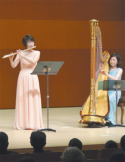 演奏する田中さん(右)と井関さん