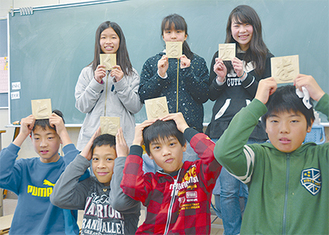校歌額の制作に取り組む6年生の児童