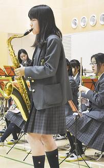 演奏する泉が丘中学吹奏楽部
