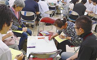 交流会で意見交換を行う参加者たち(昨年)