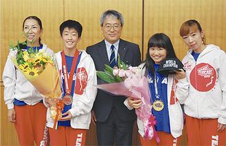 渡辺さん(右から2人目)・市川さん(同4人目)