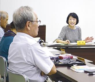会員に語りかける創設者の鈴木さん(右)