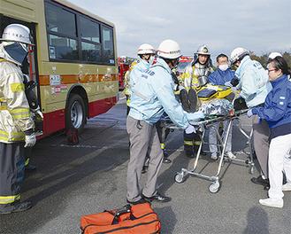 バスから負傷者を救助する訓練の様子