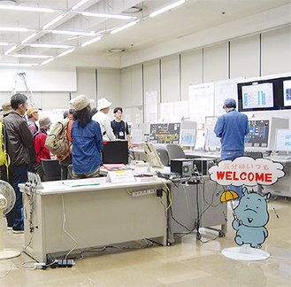 西部水再生センターで水の処理を学ぶ参加者