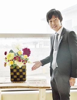 展示中の作品と関茂樹代表
