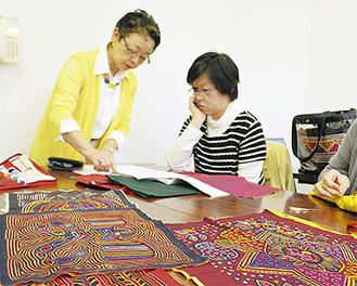 生徒にアドバイスする講師の空野さん(左)
