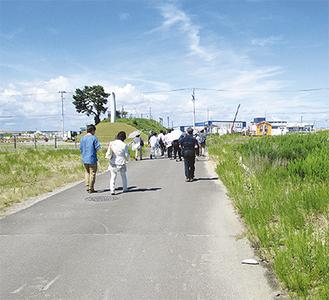 当時の津波の高さを表したという柱(左奥)周辺