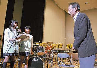 区社会福祉協議会へ目録を贈呈する中和田中の生徒