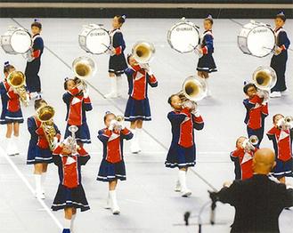 県大会での演奏・演技(同校提供)