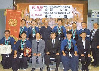 剣道C組で優勝した署員ら