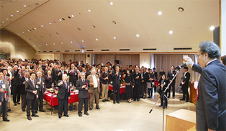 中川連合の小泉会長の発声で乾杯する出席者