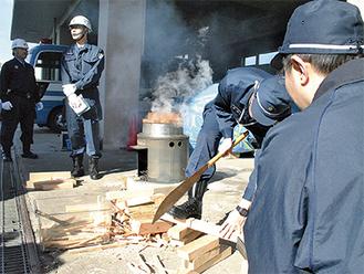 釜にくべる薪を作る署員