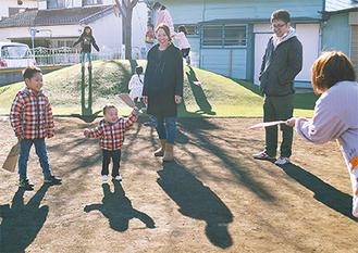 羽根つきを楽しむ家族ら