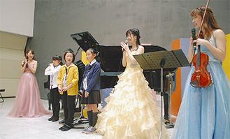 出演者に促されステージに登場した小学生プロデューサー