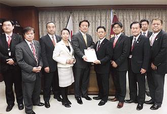 防衛省で要望書を渡す基地対策特別委の委員