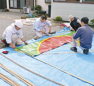 縦横10尺(約3m)ある大凧を組む会員ら