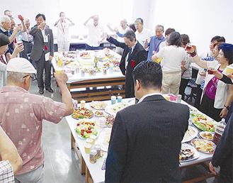 記念展開催を祝う区美術会関係者ら