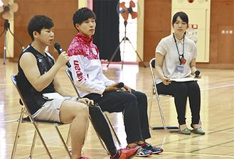 自身の経験を話す藤原さん(左)、長谷川さん(中央)