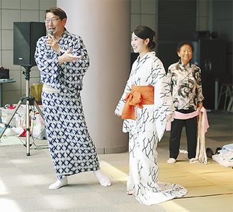 竹内将さん(左)が衣裳を解説するようす