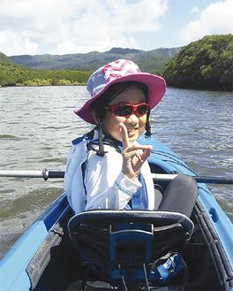 西表島の前良川でカヌー体験をする彩乃さん