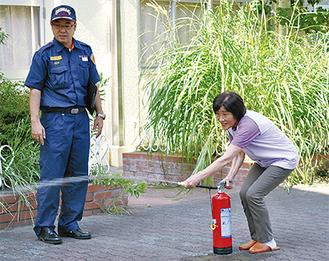 消火訓練を行う参加者ら