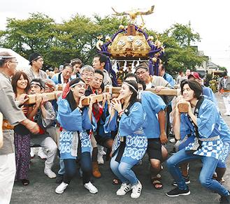 初めての神輿に大喜びの留学生たち