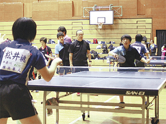 横浜隼人高等学校の選手(左)とラリーする参加者
