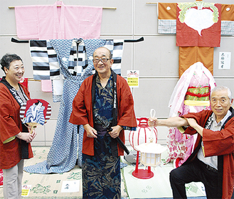 衣装展示会で公演をPRする会員ら