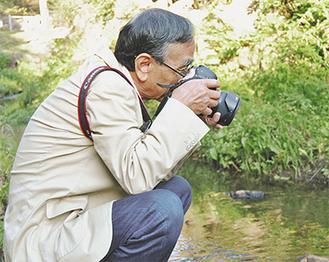 園内の動植物を撮影する御園生さん