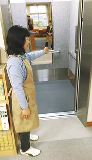 エレベーターを紹介する職員