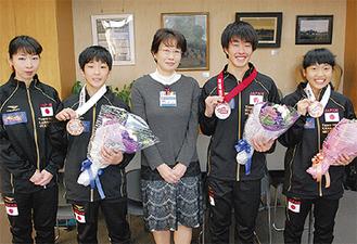 額田区長(中央)とメダル獲得の選手ら