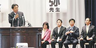 演説する枝野氏(左)