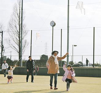 凧揚げを楽しむ親子連れ
